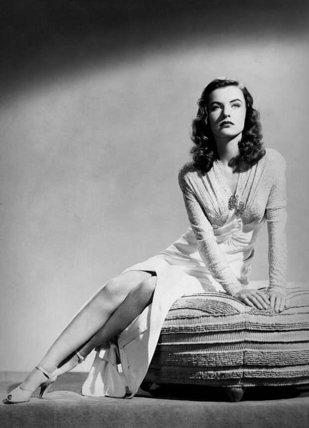 Красотка из 40-ых Элла Рейнс