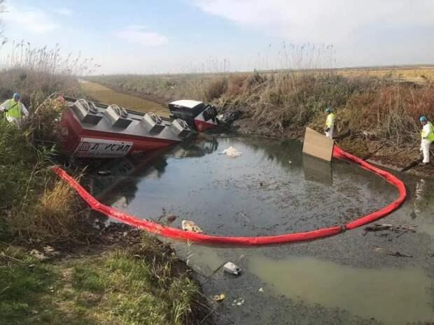 Водитель упавшего в водный канал в Адыгее большегруза погиб