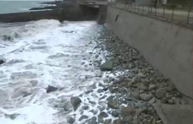 Под Алуштой неизвестные завалили грунтом пляж