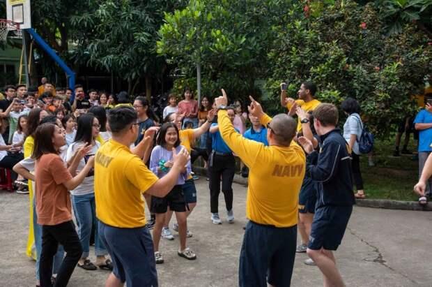 Американские моряки из экипажей кораблей АУГ «Теодор Рузвельт» играют с вьетнамскими школьниками в Дананге, 5.03.20