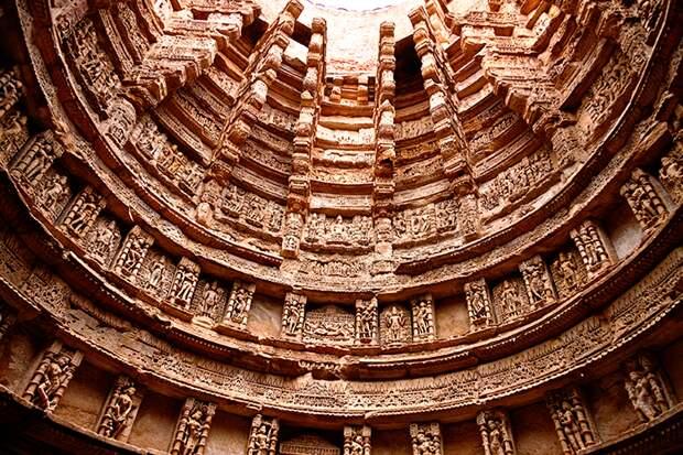 Ступенчатый колодец Рани-ки-Вав спроектировали как перевернутый храм с семью уровнями на разной глубине (Индия). / Фото: undergroundexpert.info.