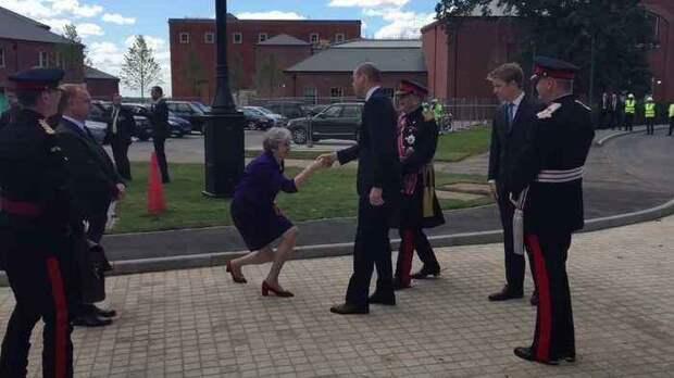 Терезу Мэй отправили в туалет после ее странной позы перед принцем Уильямом