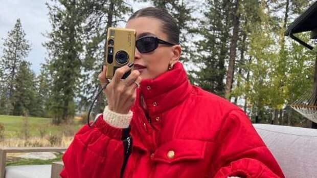 Время утепляться! 5 красных курток для поздней осени, как у Хейли Бибер