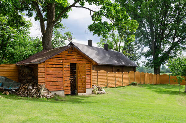 Хранить дрова можно в сарае