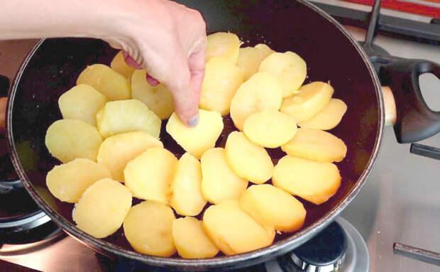 Жарим картошку почти как пиццу: поливаем томатным соусом и накрываем сыром