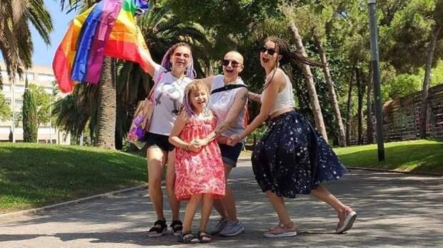 Снявшаяся в рекламе «ВкусВилла» ЛГБТ-семья «свалила» из России