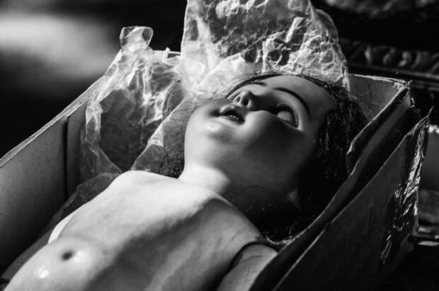 Фотография старой брошенной куклы.