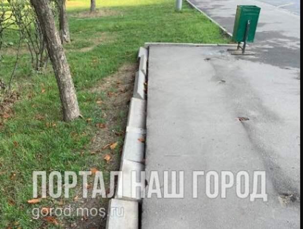На Люблинской улице бордюр решил прилечь отдохнуть