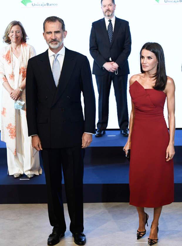 В вечернем платье и медицинской маске: королева Летиция на гала-вечере для журналистов