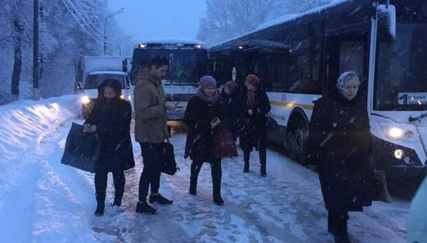 Рейсовый автобус попал в аварию в Подольске из‑за скользкой дороги