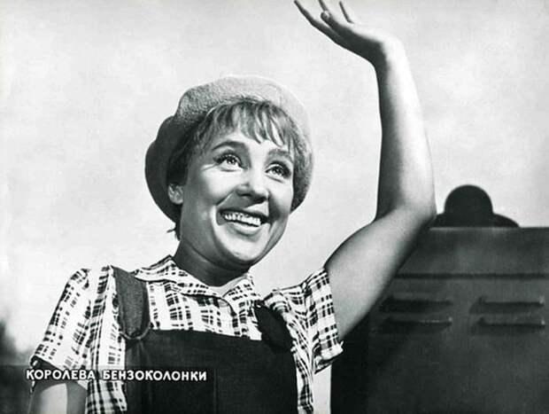 Надежда Румянцева на съемках фильма *Королева бензоколонки* | Фото: kino-teatr.ru