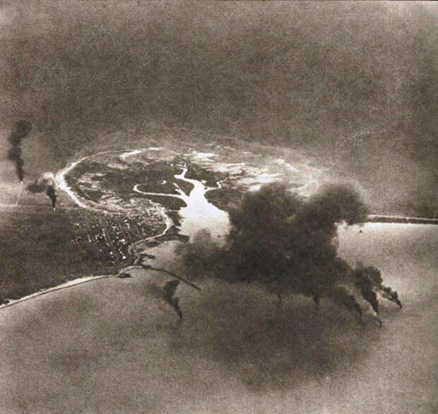 Атакованный Брум, сфотографированный с разведывательного самолёта С5М. Заметны гидросамолёты, горящие в гавани. broomemuseum.org.au - «Неистовые орлы» в стране кенгуру | Warspot.ru