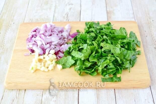 Порезать лук, чеснок и шпинат