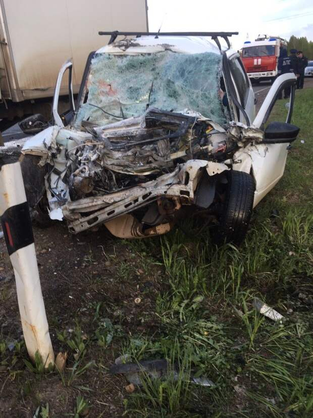 Два человека погибли при столкновении грузовика и легковушки на трассе в Удмуртии