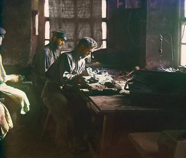 Формовка художественного литья. / С. Прокудина-Горского. 1909 год.