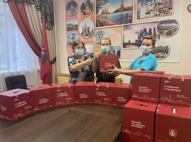 В геронтологическом центре «Левобережный» вручили наборы «С заботой о здоровье»