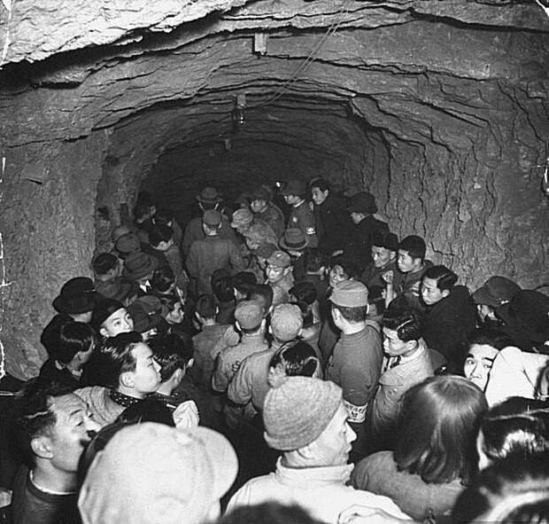 Люди, входящие в кустарное бомбоубежище. Чунцин, Китай, 1939. Весь Мир, история, фотографии