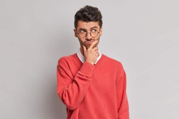 photo-thoughtful-handsome-adult-european-man-holds-chin-looks-pensively-away-tries-solve-problem 4 вещи, которые пугают мужчин в сильных женщинах