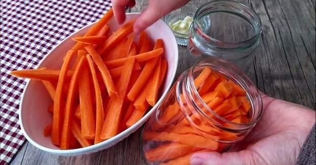 Поместите морковку в банку и получите шикарную закуску