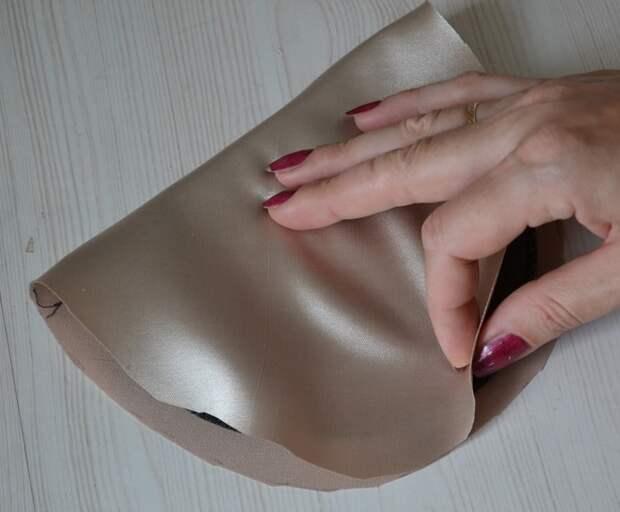 Сложите обе половинки ткани вместе