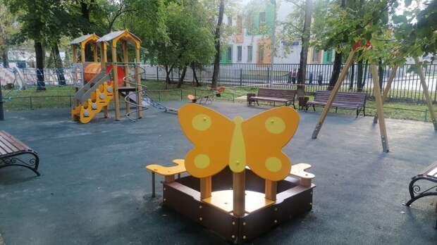 На детской площадке на Ботанической обновили покрытие
