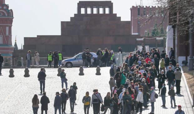 ФотКа дня: к мощам Ленина в мавзолей снова стоят очереди