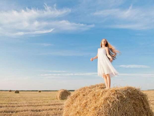 Девушка на сене