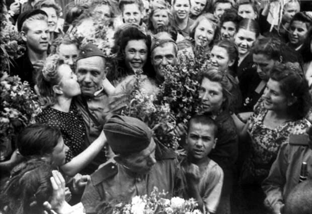 Как встречали на родине советских воинов освободителей.