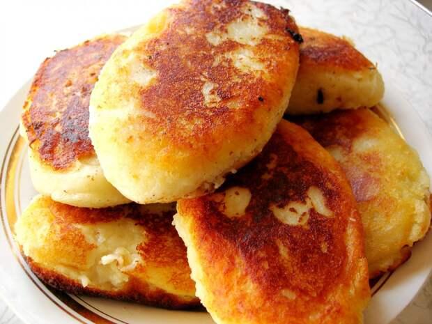 Картофельные пирожки с сосиской внутри