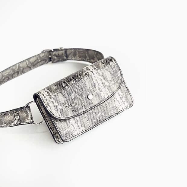 Поясная сумка Bershka со змеиным принтом