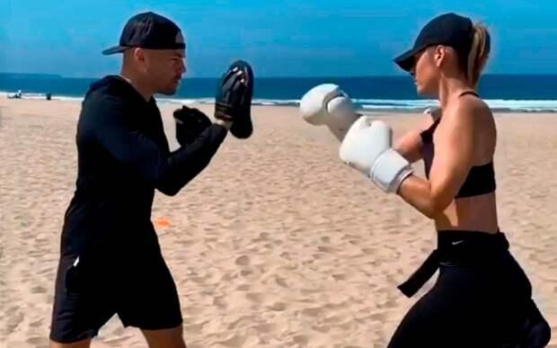 Мария Шарапова провела боксерскую тренировку, поработав на лапах: видео