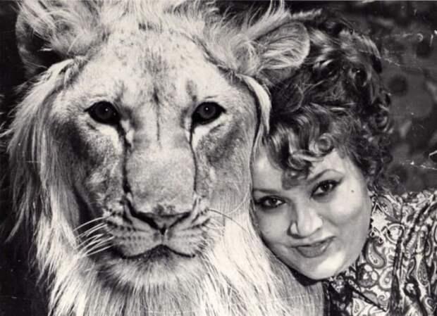 Нина Берберова со львом Кингом | Фото: rep.ru