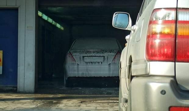 Автомойщик в Симферополе угнал машину клиентки и врезался в дерево
