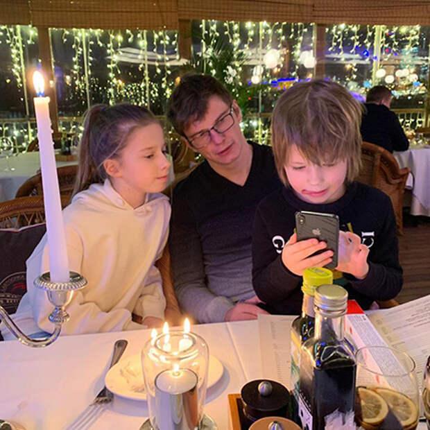 Андрей Аршавин с дочкой Яной и сыном Арсением