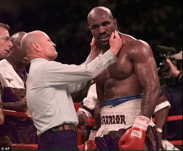 Сегодня 20-летняя годовщина самого скандального боксёрского поединка 1990-х.