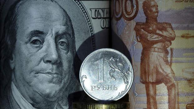 Россиянам рассказали, когда выгодно менять доллары на рубли