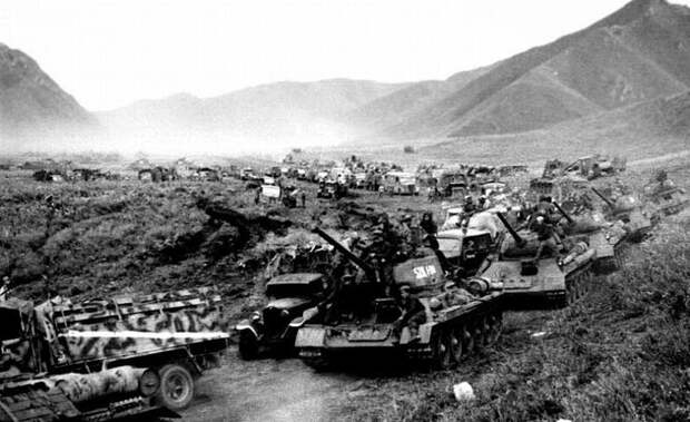 Колонна советских танков в Маньчжурии, август 1945 г.