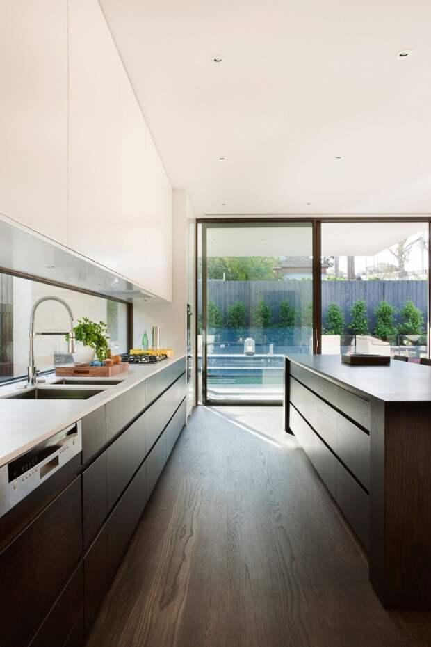 Кухня венге в частном доме, наполненная легкой атмосферой