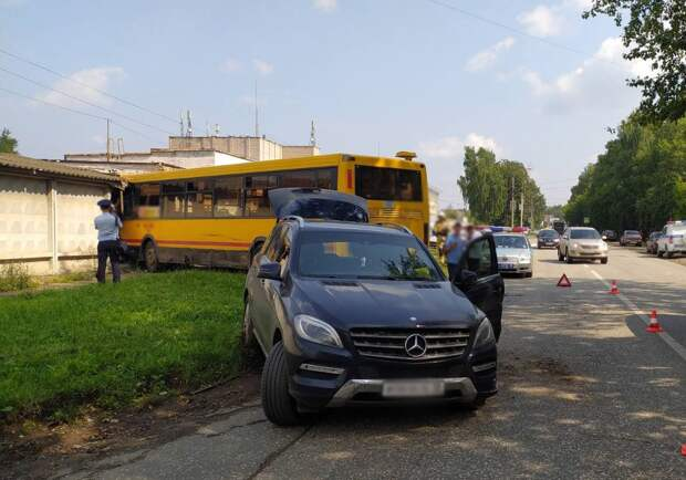 Пьяный водитель автобуса в Ижевске протаранил «Мерседес» и бетонный забор