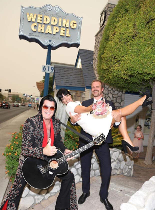 Бургеры и Элвис Пресли: Лили Аллен и Дэвид Харбор сыграли свадьбу в Лас-Вегасе
