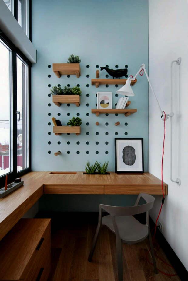 Письменный стол и панель с перфорацией. | Фото: Design-homes.ru.