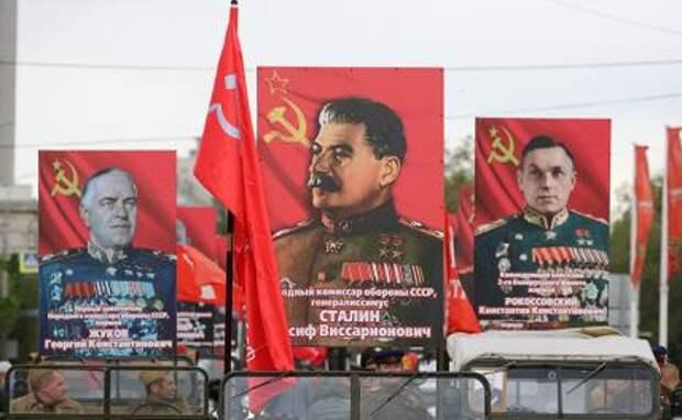 На фото: плакаты с изображением Жукова, Сталина, Рокоссовского