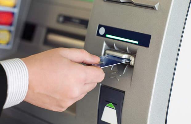 ЦБ предложил банкам усилить контроль за пополнением карт в банкоматах из-за мошенников