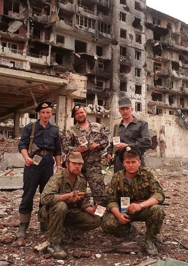 Сотрудники ОМОНа с фотографиями своих семей. Грозный.1999 г.