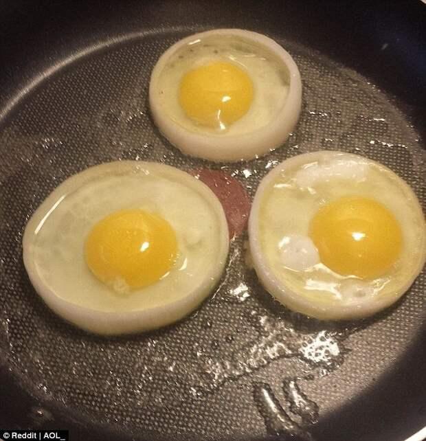 Пожарить идеально круглую яичницу - например, для сэндвича - очень просто. Все, что вам нужно, - большие кольца сырого лука, которые будут служить формочками. готовка, готовка еды, лайфхаки, на кухне, полезные советы, советы, советы бывалых
