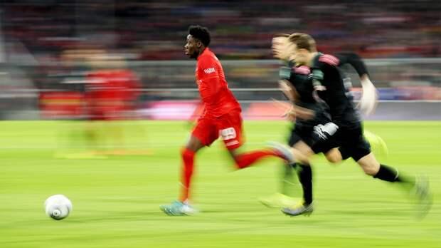 «Бро, онумеет летать». Скорость защитника «Баварии» Альфонсо Дэвиса внемецком дерби (35,3 км/ч)— новый мем