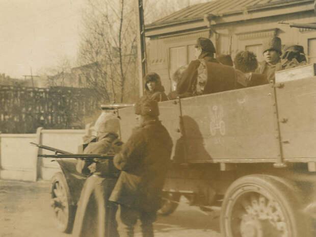Авто с вояками, возможно, патрульное. На борту маркировка военно-автомобильных частей (колёсики с крылышками).