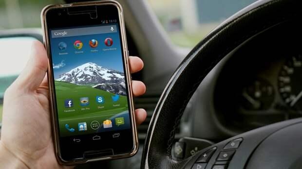 Россиян предложили штрафовать за телефон за рулем на 10 тыс. рублей