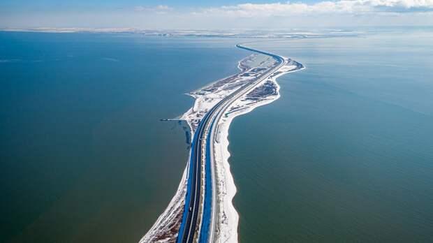 Снег остановил движение по Крымскому мосту