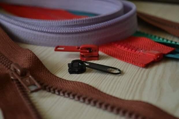 Молнии и бегунки бывают металлические и пластиковые. | Фото: sewing-master.ru.